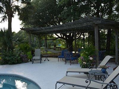 pérgola con sombra en la piscina con hamaca