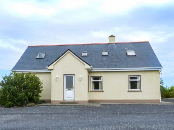 2A GLYNSK HOUSE, open fire, country location, ideal touring base near Carna Ref, vacation rental in Carna