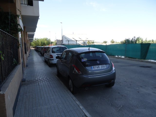 Estacionamiento fuera del camino