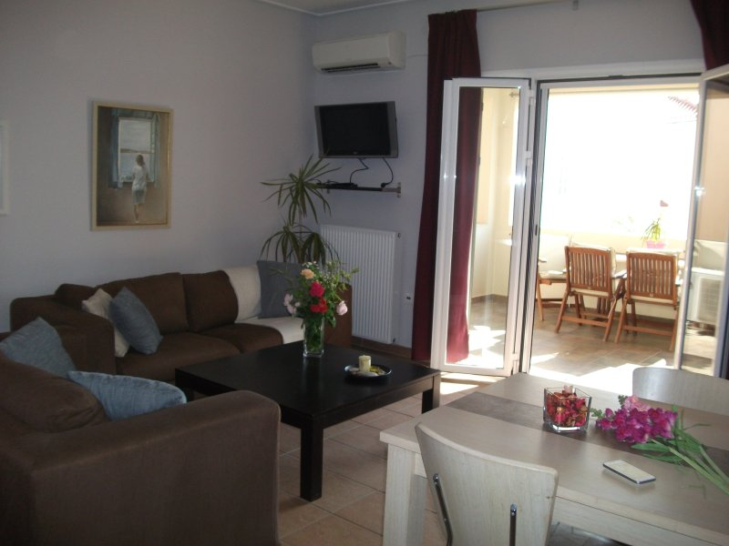 COMFORTABLE AND RELAXING APARTMENT NEAR THE SEA, holiday rental in Aegina