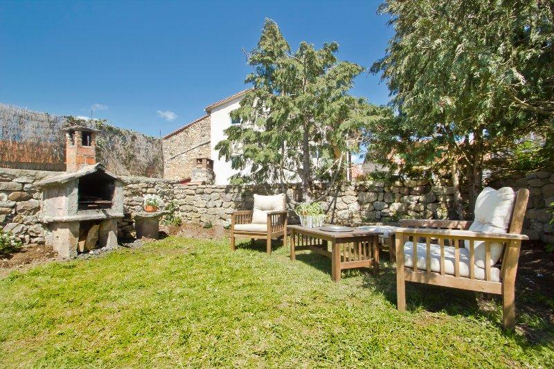 Jardin privado con muebles de jardín, porche-cenador, barbacoa.