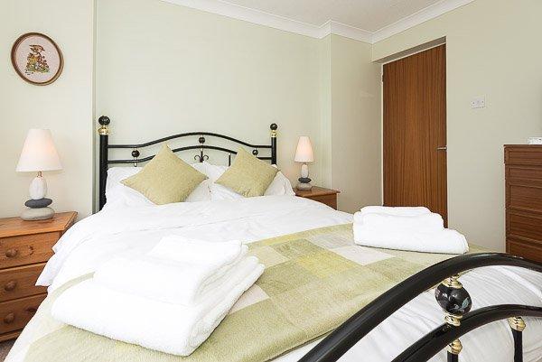 Cette chambre dispose d'un lit double standard, à partir de laquelle vous pouvez regarder la mer.