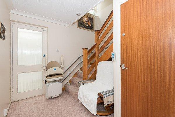 Stairway comprend un monte-escalier pour les personnes à mobilité réduite.