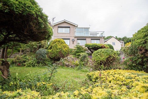 Vue de la maison du fond du jardin magnifiquement bien entretenu, ce qui est aussi le vôtre pour profiter.