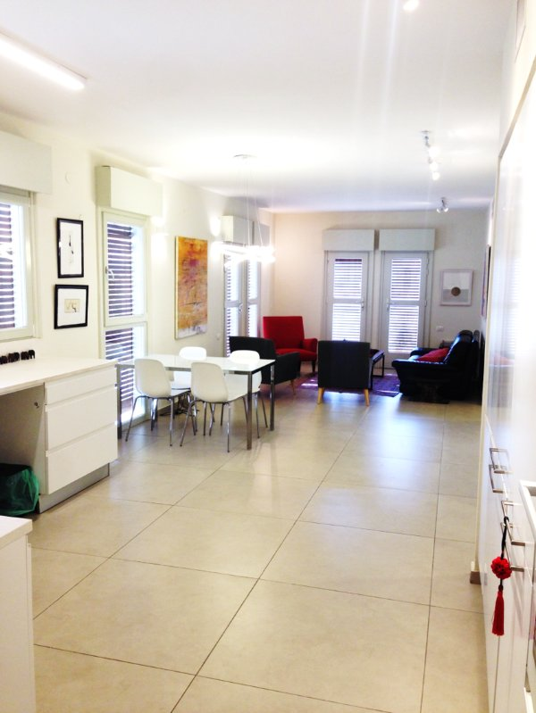 La pleine cuisine ouverte, salle à manger et salon avec 2 balcons et beaucoup de lumière et la brise marine.