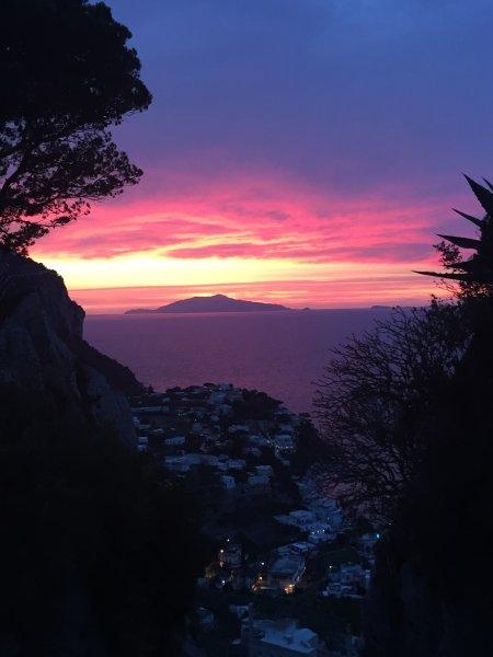 Puesta de sol en Capri e Ischia en el fondo