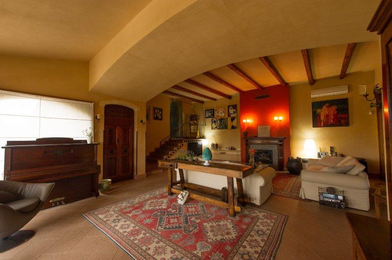 VIEW vardagsrum med piano och skorsten med stege tillgång till högre mark.