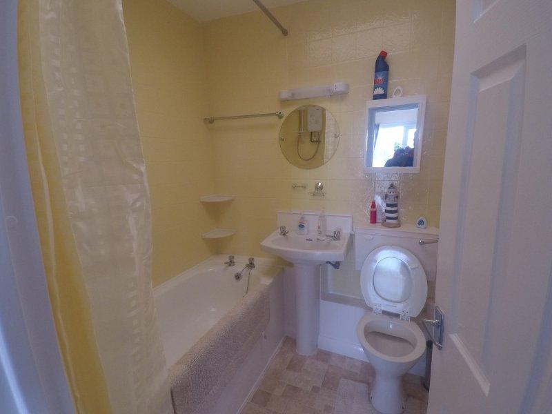Badkamer, douche is boven het bad, een stap in op aanvraag beschikbaar indien nodig