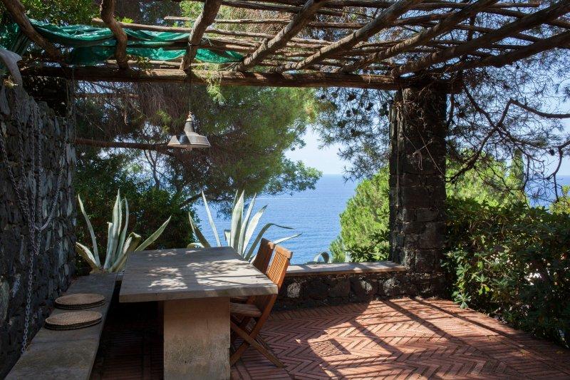 Casa Rosmarino. Sotto la pergola: brezza del Mediterraneo e vista bequtiful della baia di Bonassola