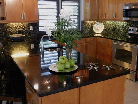 Cocina gourmet, encimeras de granito, electrodomésticos de gama alta.