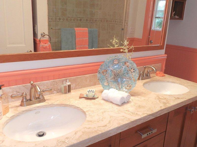 -Ducha Completa baño / combinación de bañera y exterior de la puerta directamente a la ducha al aire libre y cubiertas.