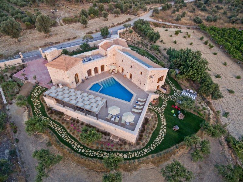 New Luxury Stonebuilt Villa Aria with Private Pool+Childrens Area, 5km to Beach!, location de vacances à Asteri