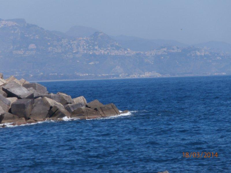 Spiaggetta fronte casa con vista su Taormina