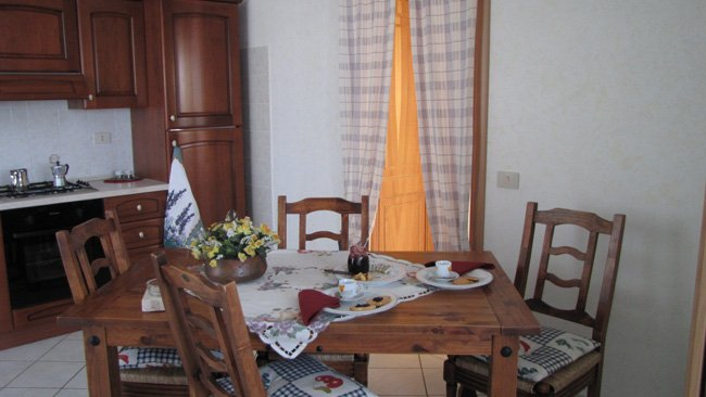 Grazioso appartamento 2 camere, soggiorno cucina, free wifi, piscina scoperta, aluguéis de temporada em Chianciano Terme