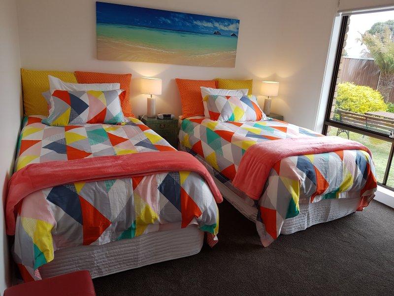 Otro punto de vista de la cama de diseño del extragrande de cama individual.