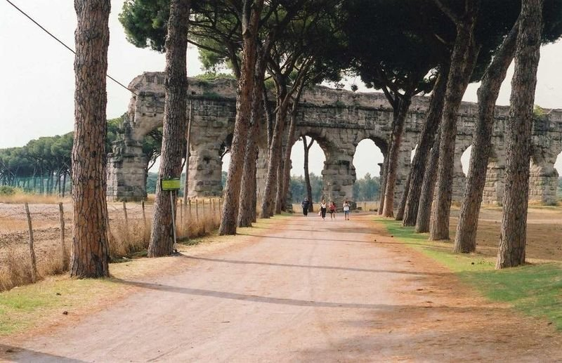 View del'acquedotto claudio in the Aqueducts Park.
