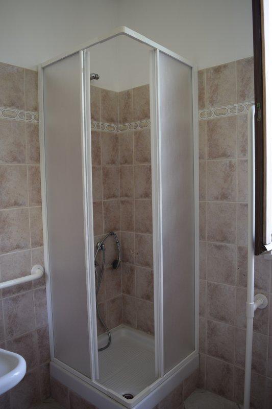 salle de bains avec douche dans chaque appartement