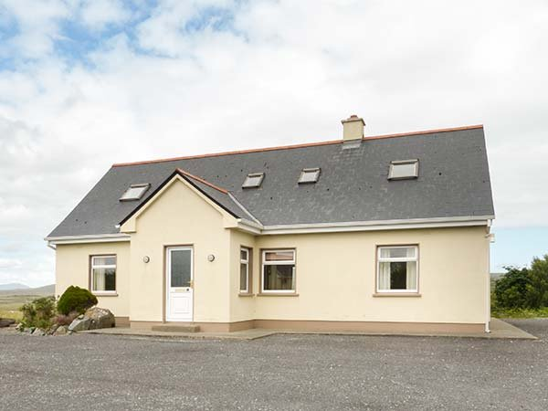 1A GLYNSK HOUSE, open fire, country location, ideal touring base near Carna Ref, casa vacanza a Cashel