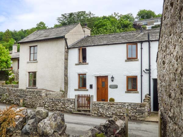 CINDERBARROW COTTAGE, mid-terrace, parking, garden, WiFi in Witherslack, Ref, holiday rental in Hincaster