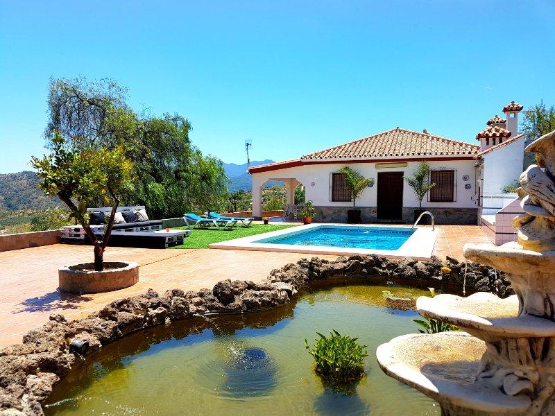 Villa con piscina y lago cerca de Marbella, alquiler de vacaciones en Tolox