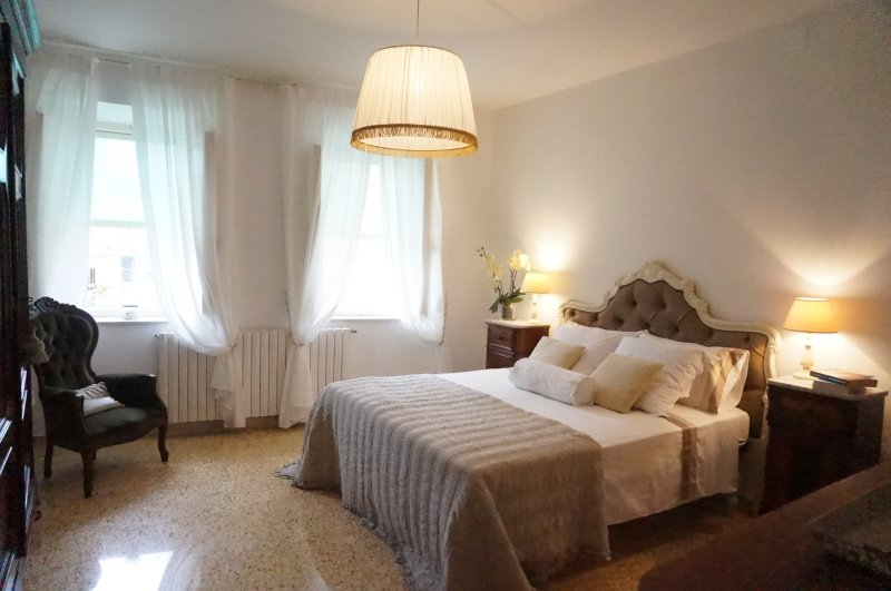 Ρομαντικό υπνοδωμάτιο με διπλό κρεβάτι με μπάνιο στον 2ο όροφο
