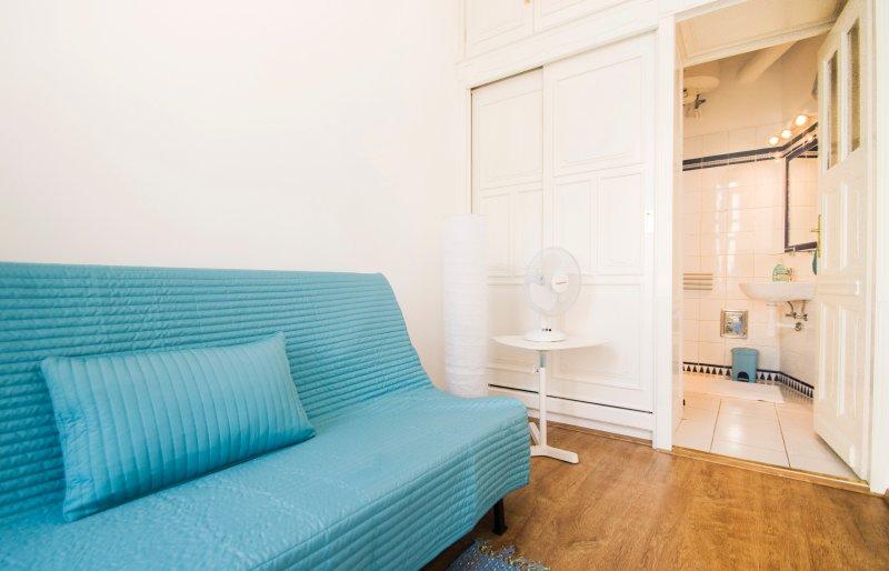 Sofabett und Kleiderschrank