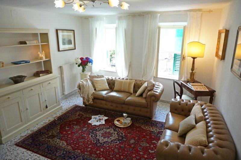 Stylish Village Home, Group/Family Friendly, Close to Shops & Restaurants, alquiler vacacional en Calcinaia