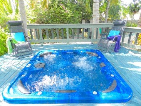 Un montón de terrazas y bañera de hidromasaje. Se puede utilizar caliente o fría.