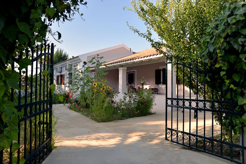 Quiet Family Home Near Logas, holiday rental in Avliotes