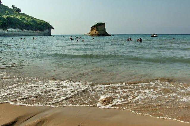 spiaggia Apotripiti, facilmente accessibile, ideale per le famiglie