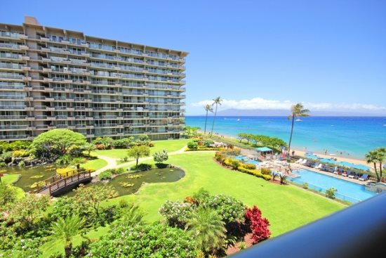 Luxurious 1Bd/2Ba ocean view condo.  High quality furnishings with style.