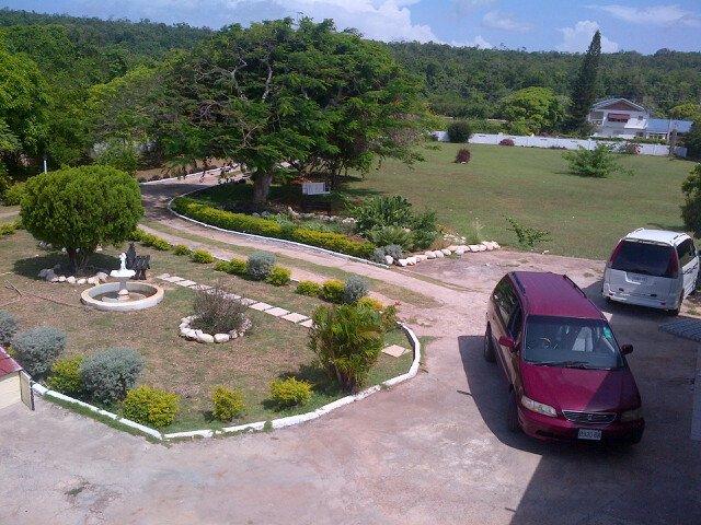 Frente a Villa con los vehículos disponibles para el alquiler