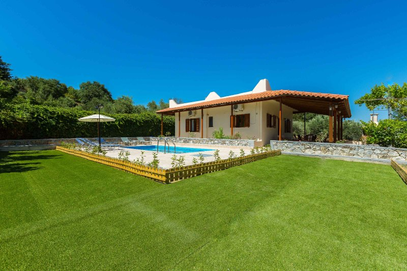 Gorgeous villa with pool & gardens, holiday rental in Damnoni