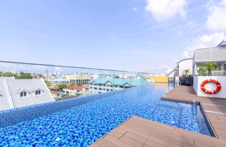 Splendid Rooftop Pool is about 35m long. Enjoy a tan with unblocked views under the Sky!