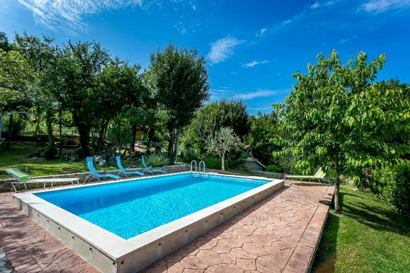 Charming Old Istrian Holiday Home with Pool, holiday rental in Kotli