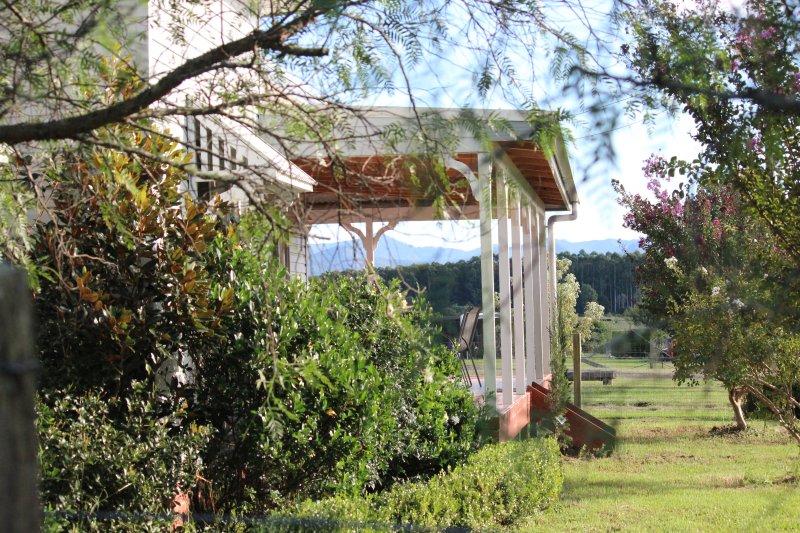 Koppla av på den breda verandor med utsikt över gården till Comboyne bergen