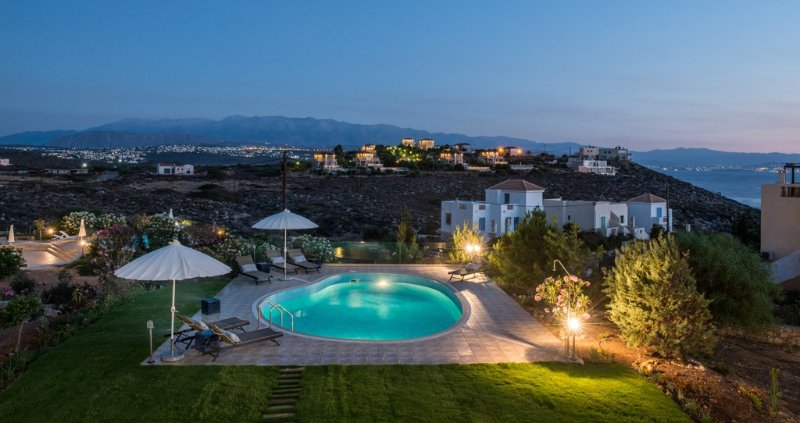 Luxurious 4bdrm villa,large pool,200m from the sea, holiday rental in Tersanas