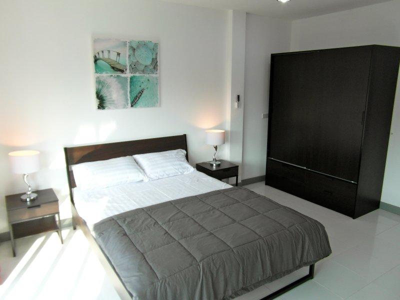 view room alternativa. Mesas de cabeceira e as luzes e grande armário com gaveta com fechadura para objectos de valor