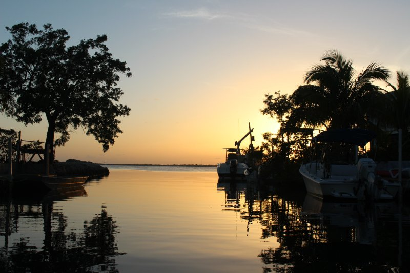 Venha visitar o nosso paraíso tropical em Cudjoe Key, Flrorida, com excelentes vistas e pores do sol sobre a água.