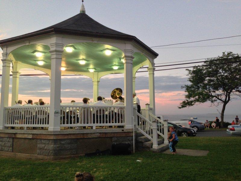 Bandstand - Justo enfrente de la casa - Conciertos de verano en las noches de los domingos julio y agosto