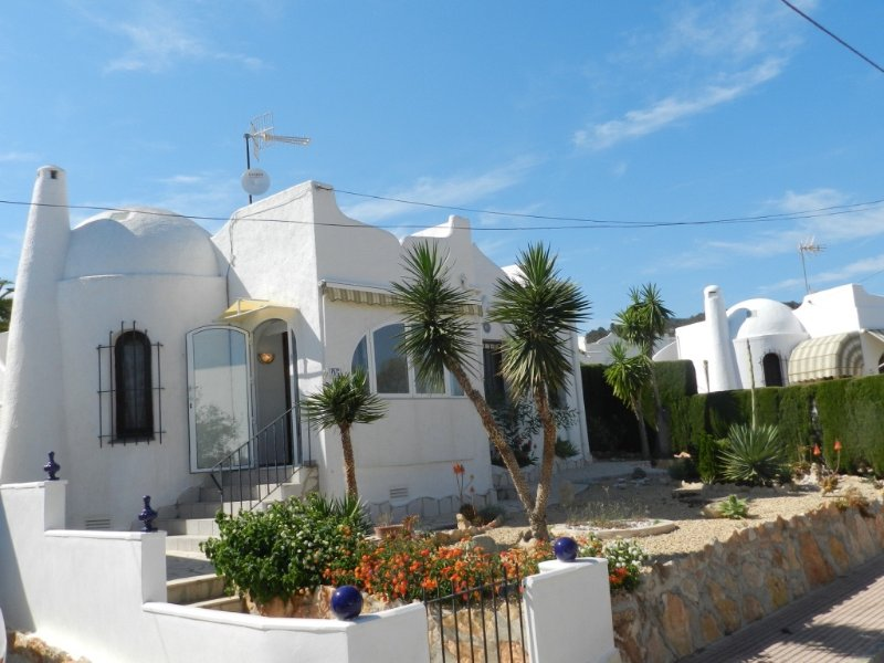 Detached 3 bedroom villa walking distance to the beach