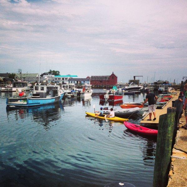 Amarillo y rojo Kayaks -nuestros kayaks casa que vienen con el alquiler