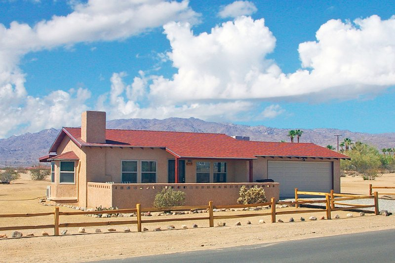This Twentynine Palms vacation rental invites 4 to make themselves at home.