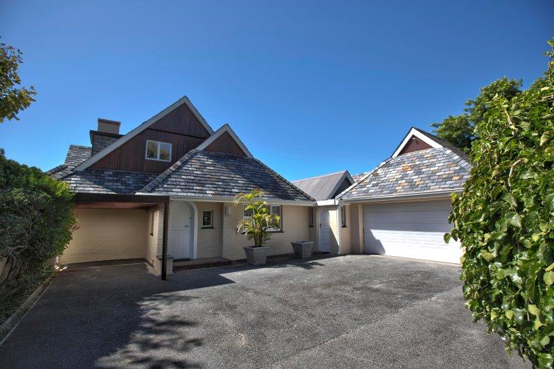 Villa Karibu - Courtyard with Garage