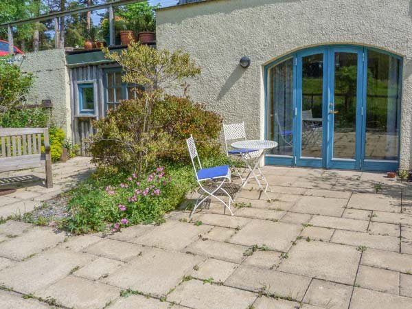THE GARDEN FLAT, all ground floor, parking, private patio, Fort William, Ref, vacation rental in Torlundy