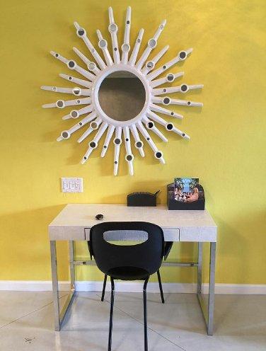 La entrada tiene color amarillo limón como una pared de acento!