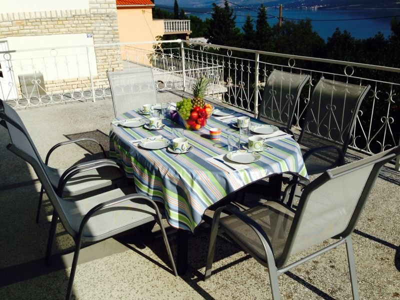 Cozy 2BR apartment by the sea, holiday rental in Gornji Karin