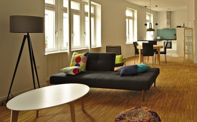 Blick in Wohnzimmer und Küche vom Schlafzimmer aus.