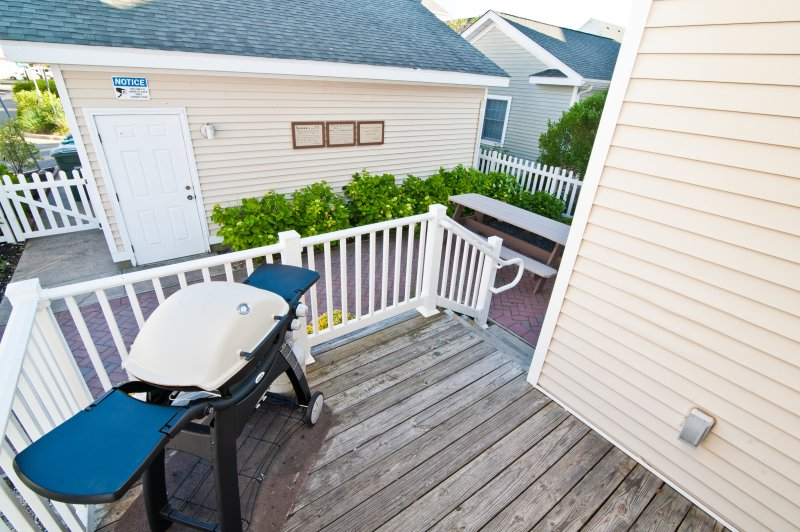 Enjoy a Barbecue with Family and Friends in the Beautiful Back Yard Patio!
