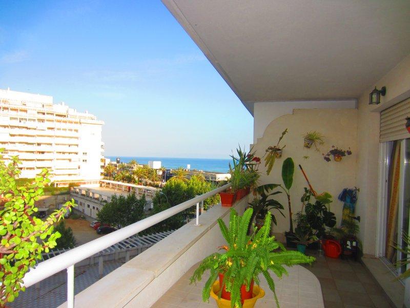 Terraza agradable donde poder comer con vistas a playa y montaña a los lados y centro piscina